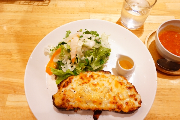 【ヘルシンキベーカリー】カリフラワーサラダを添えたライ麦パンのクロックムッシュ カマンベールチーズ&はちみつ