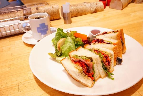 【ヘルシンキベーカリー】ニシンマリネ、ビーツとキャロットサラダのサンド