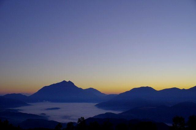 湯布院の朝霧と由布岳