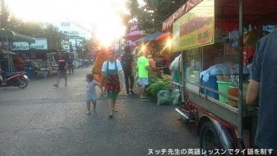 Khru Nai寺付近の路上市場