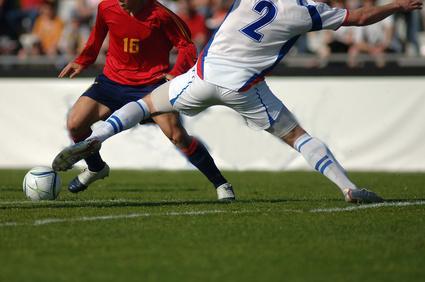 1. 球際 ワンポイントアドバイス 『片足で取りにいかないボールの奪い方』