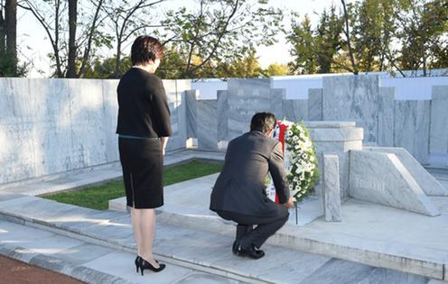 日本人墓地で献花する安倍総理