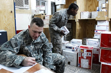 郵便物を仕分けするアメリカ陸軍兵士