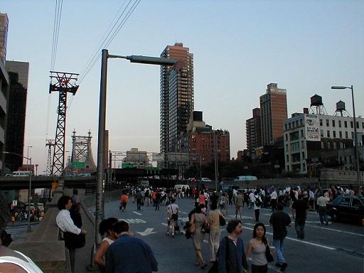 停電で交通機関がストップし、徒歩で帰宅する市民(2003年8月、ニューヨーク)