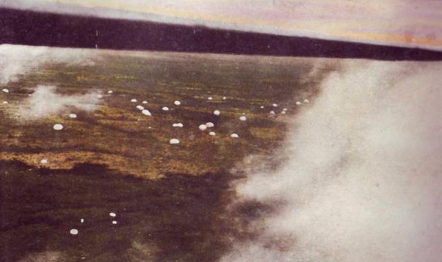 パレンバンに降下する挺進部隊
