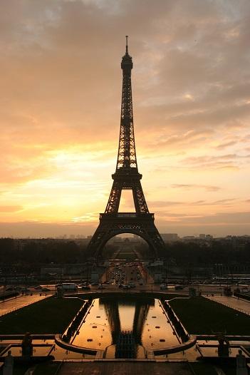 夜明けのエッフェル塔