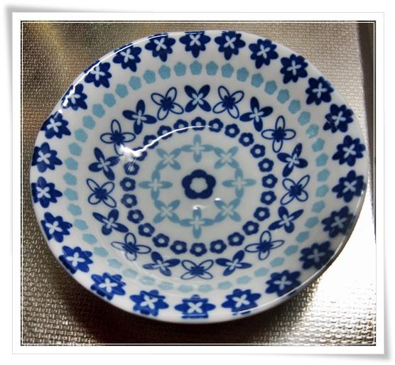 セリアさんの可愛ぇぇお皿に似た感じの、キャンドゥさんで買ってきた♪ 100均話~(・∀・)ノ